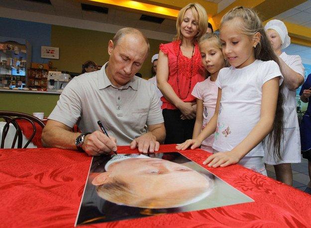 Putin firmando autógrafos