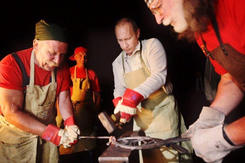 Putin forjando metal