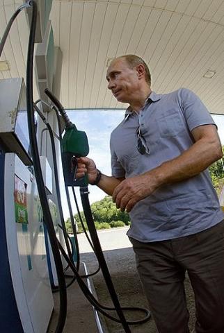 Putin echando gasolina