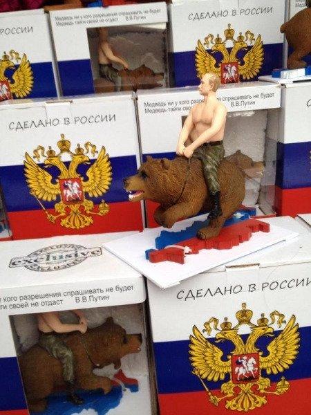 Muñeco de Putin cabalgando un oso