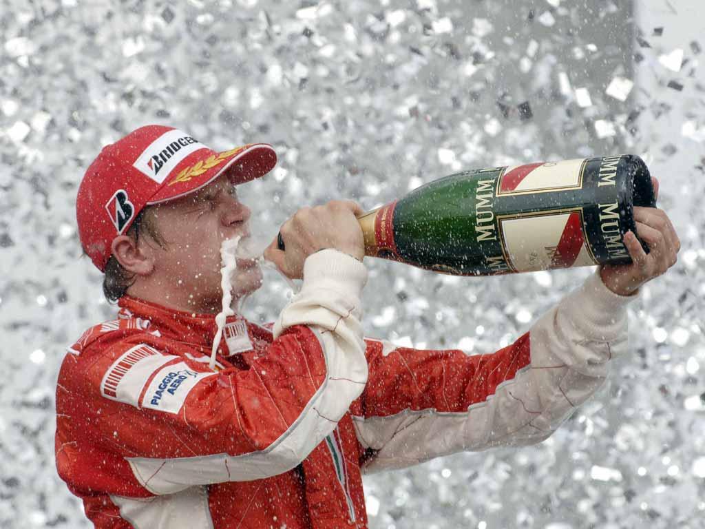 Kimi Raikonnen bebiendo champán