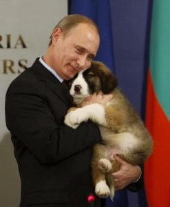 Putin abrazando cachorro
