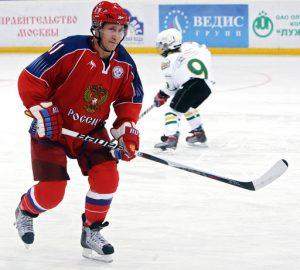 Putin jugando al hockey sobre hielo